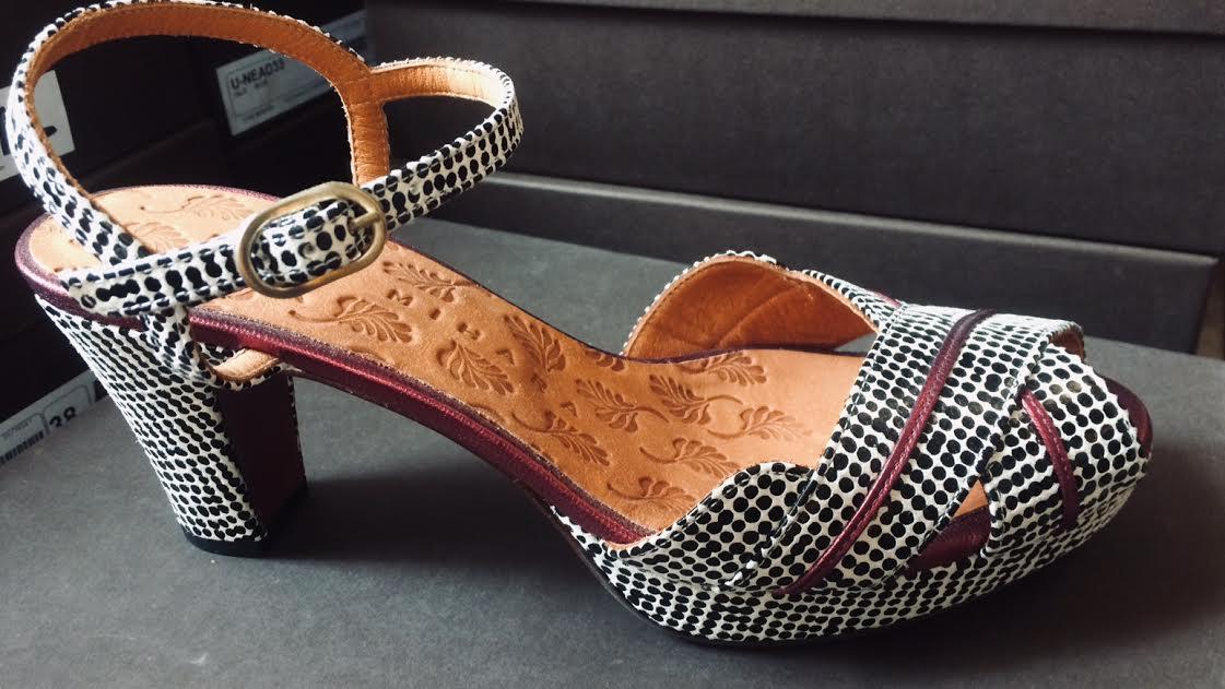 Chaussure d'été Chie Mihara noire et balnche chez Bee art&design à Saint-Malo