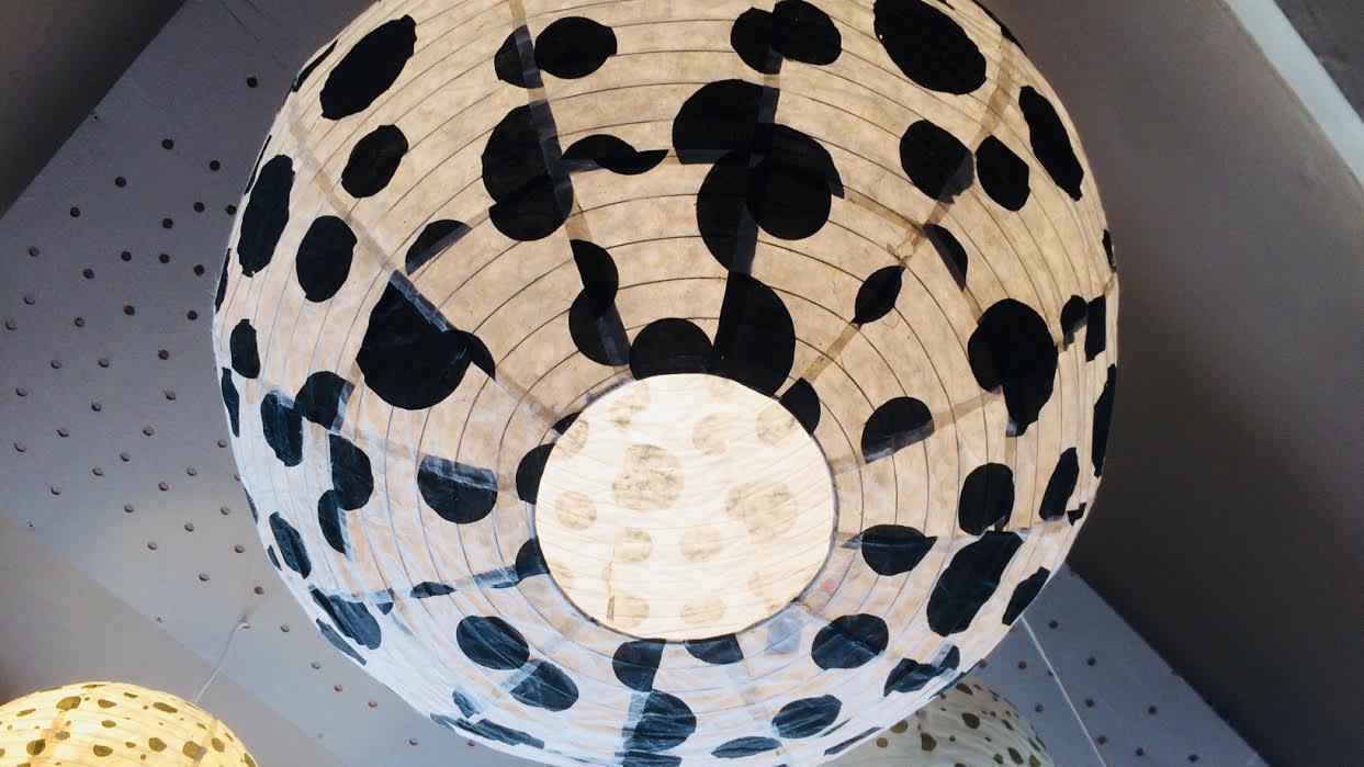 Abat-jour boule japonaise Tudi Billo noir et blanc chez Bee à St-Malo