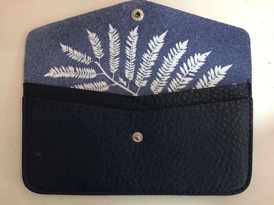 Pochette étui IPhone Keecie Amsterdam cuir bleu chez Bee art&design à Saint-Malo